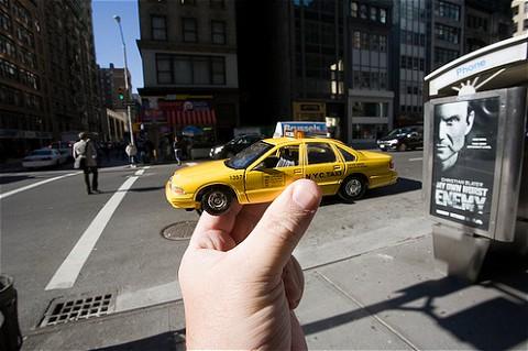 時として名所だけでなく名物を「手にする」ことも。写真はアメリカ・ニューヨークの名物、黄色いタクシーこと「イエローキャブ」