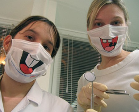 白いマスクに笑いを誘うような、笑顔を見せる口元を描く。仕組みはこれだけ