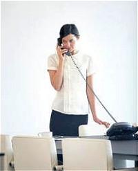 立ちながら電話に出るイメージ