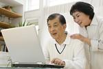 オンラインコミュニティに参加する老夫婦イメージ
