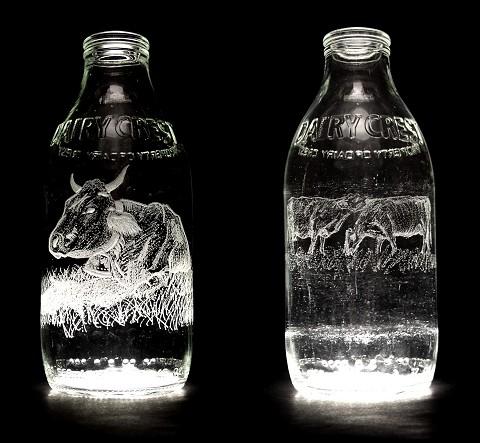 従来ならリサイクルされるだけの牛乳ビンが芸術品に早変わり。