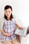 妊婦とパソコンイメージ