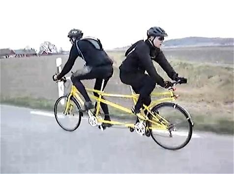 二「人」力自転車。動画タイトルは「Tandem back to back(背中あわせの二人乗り自転車)」。