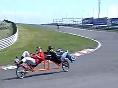 座った状態での「背中合わせのニ人乗り自転車」。