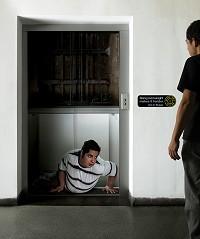 体重がありすぎてエレベーターが定位置で止まらなかったよ、なイメージ