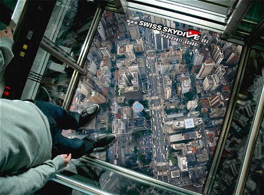まるでガラス貼りのエレベーターに乗っているような……