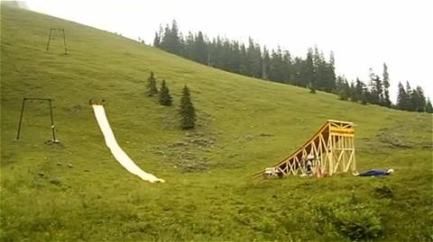 問題の動画。スキージャンプ台のようなところから男性が滑り落ちて……ゴルフなら「ホールインワン」。