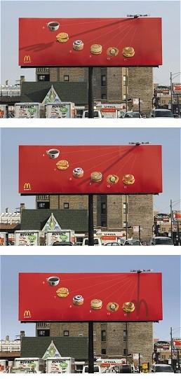 日時計とマクドナルドの「m」のマークをうまく組み合わせた看板