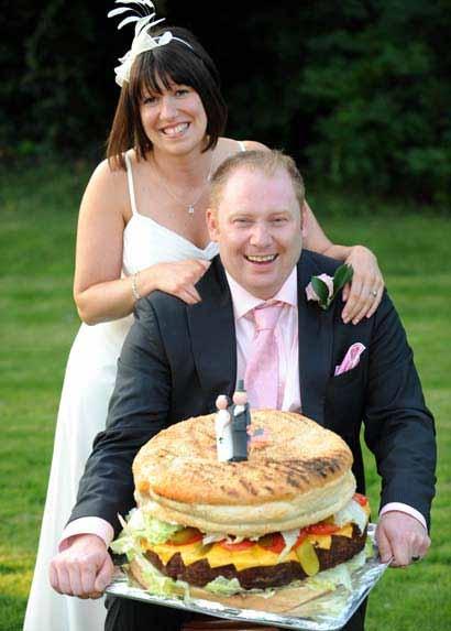 Watts夫妻の結婚式で登場したのは19キロものチーズバーガー