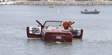 はたから見れば「浮かんでいる自動車」。色々な意味で目立つこと間違いなし。