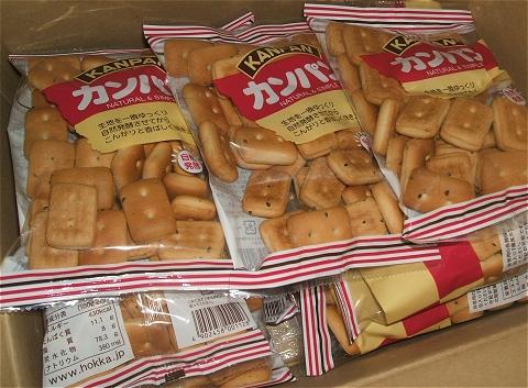 非常用食料の乾パン。専用のは賞味期間が3-5年のもあるが、入れ替えの際にはやはり大量消費が求められる