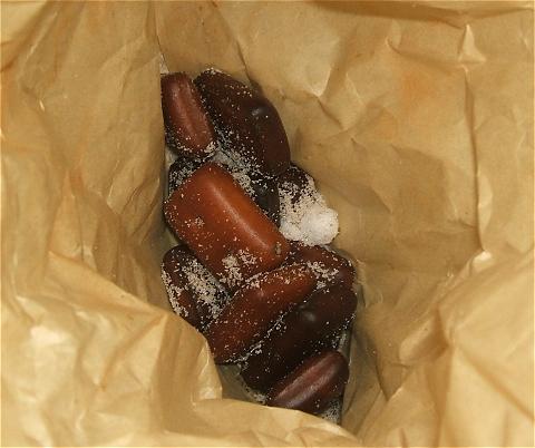 茶封筒の中で砂糖とシナモンにもみくちゃにされる揚げ乾パン