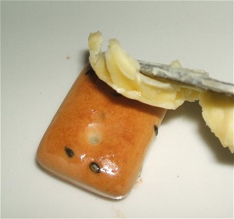 油で揚げない場合はマーガリンなどを表面に塗ってから