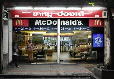 そして普通のレストランの閉店時間に閉じられるシャッターには「こんな時間でもマクドナルドは24時間営業していますよ」という宣伝がお披露目される。