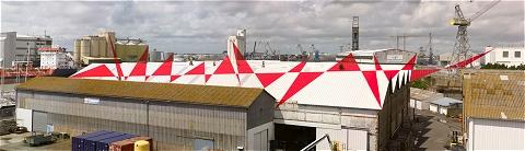 なんか屋根から赤い三角が飛び出ているんですが……