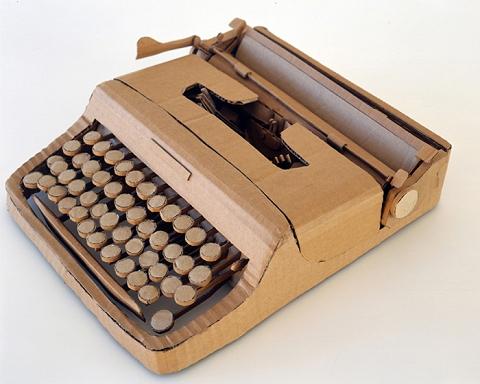 段ボール製タイプライター。思わずタイプしちゃいそう