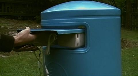 センサーと効果音発生装置、スピーカーのセットをゴミ箱に設置