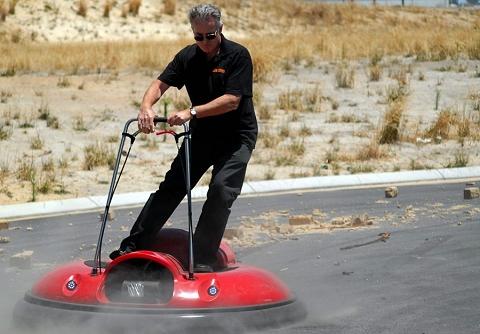 まるで大型の芝刈り機か自動室内掃除機の上に乗っているようにもみえる