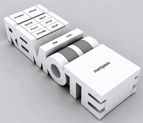 「RADIO」(ラジオ)の形をしたラジオと、「REMOTE」(リモコン)の形をしたリモコン