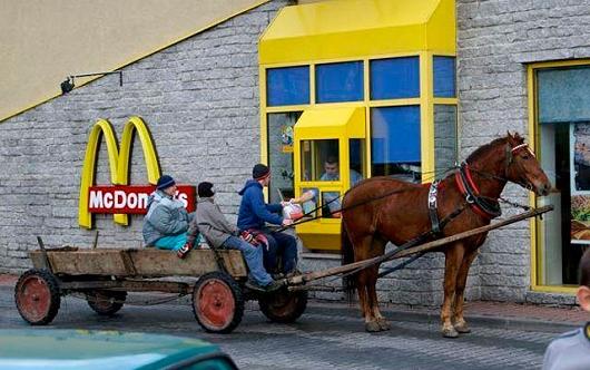 ロシア・モスクワ中部のドライブスルーにて。一応「ドライブ」はしているのだろうけど……