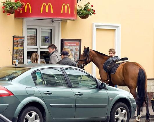 こちらはさすがに乗馬したままでは高さが合わないため、下馬した上で買い物をしているようだ