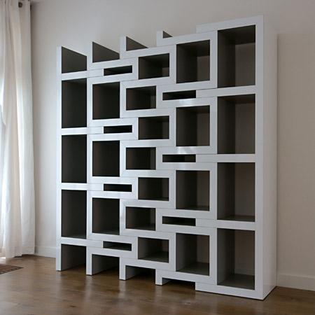 普通は幾何学的な雰囲気もある、デザイナブルな本棚
