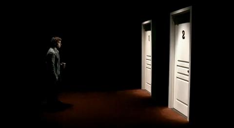 「(そうだ、今自分は重要な岐路に立たされている。不安を振り切って彼女にプロポーズするか、それともしないかだ)」。彼の不安を象徴するかのように、目の前に現れる二つの扉。
