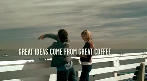 指輪を海に放り投げ決意を新たにする男性。そして「素晴らしい考えは素晴らしいコーヒーから見出される(GREAT IDEAS COME FROM GREAT COFFEE)」のコピーが。