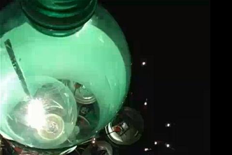 ↑ 上部から見た様子。ペットボトルの内部に電球を配し、緑の光が周囲を照らす仕組み……発熱は大丈夫なのかと少々不安。