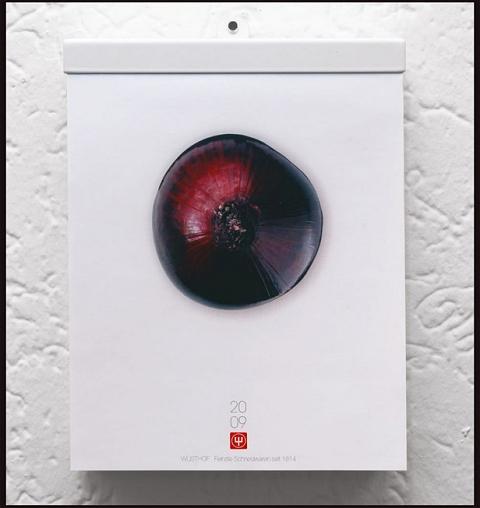 ↑ 表紙が「紫玉ねぎを上から見た写真」のカレンダー