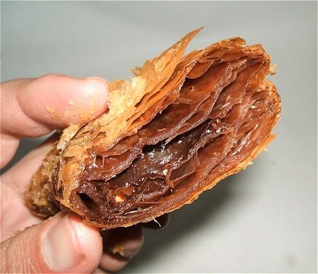 一つ断面図。幾層ものパイ生地の内部にチョコレートがあるのが分かる。