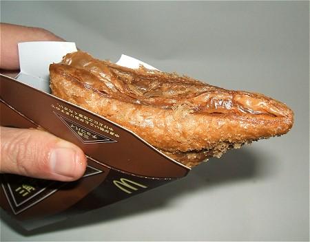 実際にはこのように、厚紙製の入れ物から少しだけ出しつつほうばって食べるのだろう