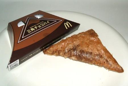 三角チョコパイ。左のようなパッケージに入っている