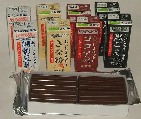 箱から中身を取り出し、スティックチョコレートはパッケージも切り取ってみる。