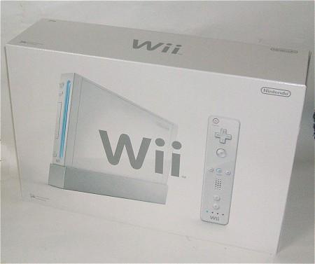 Wiiの本体(箱)と中身を開けてみた様子。中には二段重ねで本体や各種部品が納められている。