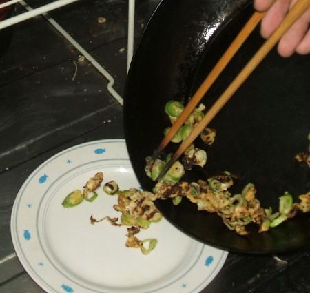 片手で持ったまま、フライパン内の料理をお皿に盛るのは非常に重労働