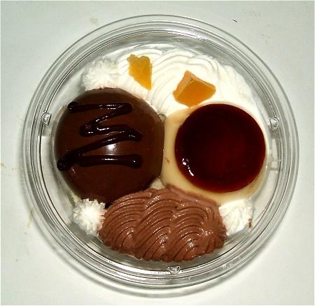 「がっつりプリン&チョコパフェ」の早速フタを開けて中を確認。盛りだくさんな内容。