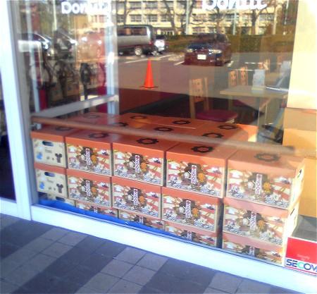 入り口付近に「早く買って~」とばかりに山積みされている福箱。奥手左側には福袋も見える