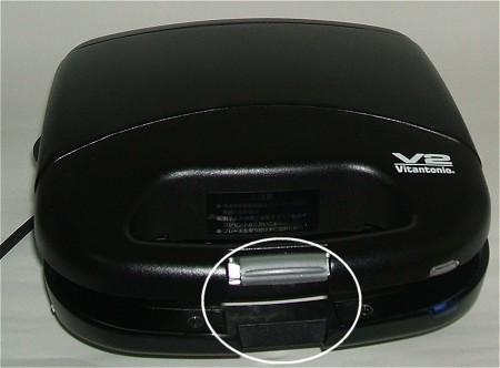 フタを閉めた直後はおもちの厚みでロックができない(白丸囲み部分)。ホットプレートの熱でおもちが柔らかくなり、じきに閉められるように。