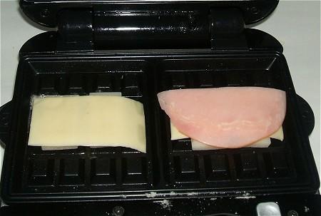 しゃぶしゃぶ用の薄いおもちを使い、その上にチーズとハムを乗せて焼いてみた。