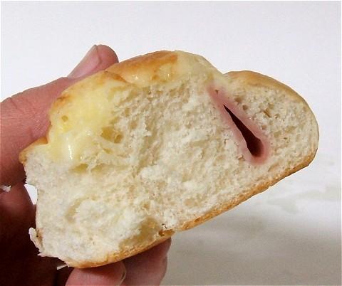 「ハム&チーズ」の断面をアップで。普通の調理パンより気持ち密度が濃い?