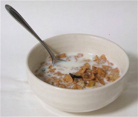 シリアルやドライフルーツ入りはこのように牛乳をかけてお召し上がり