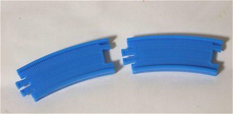 カーブレールは兄貴分の「プラレール」とほぼ同じ構造。両面が利用できる