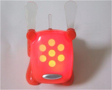音センサーが音に反応し、顔の部分が点滅すると共にワンワンと吠える。