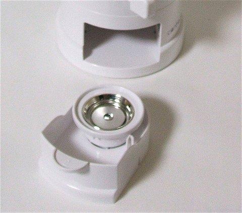 缶バッチの下パーツを入れたトレー(2)を本体に入れる。このあとギリギリと音を立てさせつつハンドルを回す
