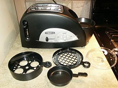 Back to Basics TEM500 Egg-and-Muffin 2-Slice Toaster and Egg Poacher。要は「パンやマフィンを焼くのと同時に、卵を調理したりベーコン・ソーセージを温められるトースター」