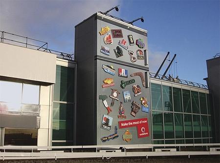 ↑ 街中に大きな冷蔵庫出現!