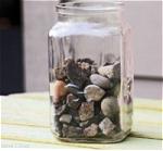 瓶に岩や小石を入れるイメージ