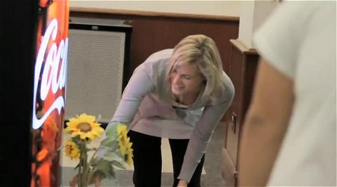 ↑ 動画を見た限り、ひまわりの花を受け取れたのは女性ばかり。この自販機、男性なのかもしれない。
