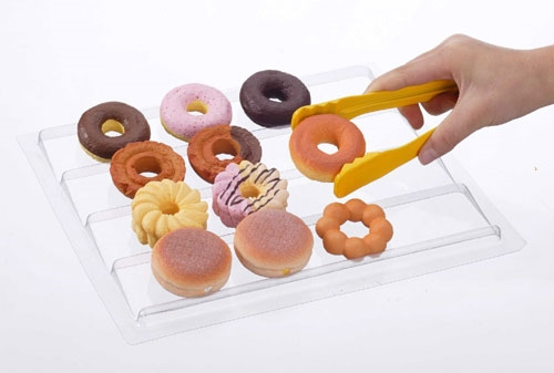 ↑ 用意されているドーナツ(の形をしたピース)をトングで……